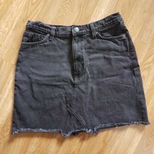 Svart/grå jeanskjol med fransad kant. Strl 40, har dock krympt en aning i tvätten. Frakt 20kr🌿