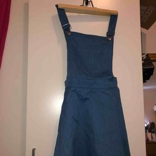 Söt klänning använd endast 1 gång.  Passar från S till M!