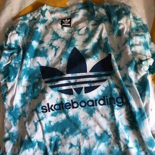 Super frän Adidas t-shirt till salu. Köpte den på Adidas Campus i Berlin förra sommaren. Knappt använd.
