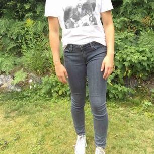 Ett par gråa lee jeans. Bra passform och snygg modell. Skickas mot porto.