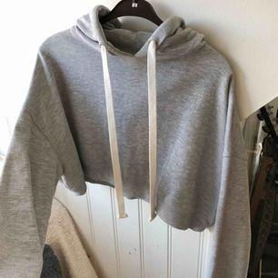 Snygg croppad hoodie ifrån Bikbok i jätte bra kvalitet