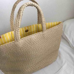 trendig sommar väska :) Helt oanvänd så fint skick! Kan bara ta emot kontanter då jag inte har någon swish. Hämtas i vällingby eller möts upp inom stockholm🌸