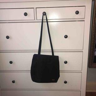 Snygg svart väska i lite silkesaktigt material. Finns flera olika fack! Kan skicka fler bilder om det behövs :) möts upp i Stockholm alternativt att köparen betalar frakt