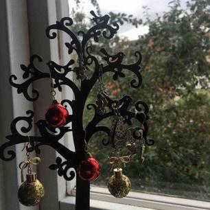 Jättefin smyckeställning i form av ett träd!! Jag har målat om den från lila till svart. Den är väldigt glansig när den väl vinklas och den står lite snett, men inget av det märks när det står på bordet eller i bokhyllan! Köparen står för frakt ☺️