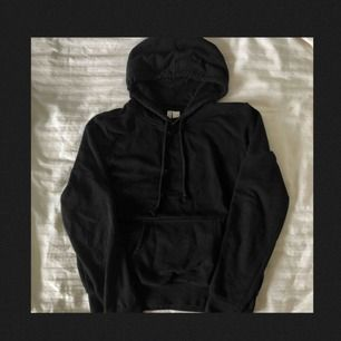 Svart hoodie från H&M. Använd men i gott skick! Står storlek M, men skulle säga att den är mer som en S, fast de beror ju såklart på hur man vill att den ska sitta. Frakt tillkommer och betalningen sker via Swish.