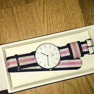 Äkta Daniel Wellington klocka som jag haft i ca 2 år men inte använt så mycket! Nypris: 1299 kr
