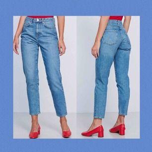Jättesnygga blåa mom jeans från GinaTricot. Väl använda men i gott skick! Nypris 399kr. Frakt tillkommer och betalningen sker via Swish.