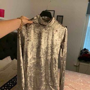 Jättemysig tröja med polokrage från Chiquelle i sammet som skimrar. Aldrig använd.. 70kr+frakt säljs den för 🌸