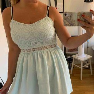 En somrig ljusblå klänning med spetsdetaljer. Den köptes 2012 och enbart använts 1 gång. Därefter har den legat och gömt sig i min garderob. Verkligen skitsöt klänning 😍