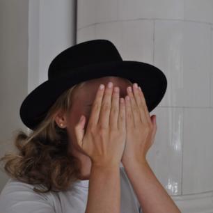Klassisk svart hatt från en butik i England. Omkretsen är cirka 56 cm💛