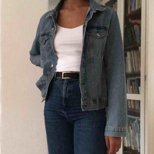 Fin, ljusblå jeansjacka från Bikbok i storlek M. Två öppningsbara bröstfickor. Knäppning framtill. Går att knäppa i ärmsluten med knapp. Väldigt lite använd. Nypris i butik: 499kr . Frakt: + 16kr