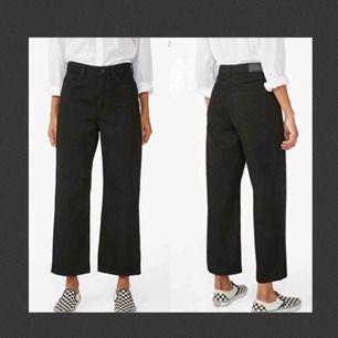 Supersnygga svarta jeans från Monki. Väl använda, därmed något urtvättade, men fortfarande i gott skick och supersnygga! Nypris 400kr. Frakt tillkommer och betalningen sker via Swish.