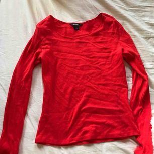 Söt röd tröja från Monki. Har inte kommit till användning.