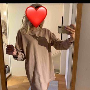 Långärmad klänning ifrån Nelly, jag är 176cm och klänningen är någon cm för kort så passar bättre på lite kortare människor.💕 köparen står för frakt (Ev mötas upp i Gbg)