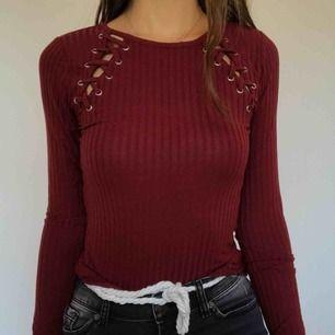 Använd ytterst få gånger, mycket fin och unik tröja. Färgen och tyget är perfekt för varmare höstdagar! Frakt ingår i priset