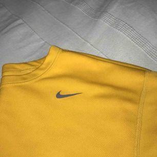 Snygg Niketröja i gult! Kan användas både till sport och vardags! Knappt använd, köpt second hand :-) Spårbar frakt inräknat i priset!