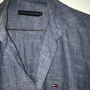 Väldigt fin Tommy Hilfiger-skjorta, köpt second hand men knappt använd :-( bra kvalitet & skick, passar alla storlekar för de som gillar oversize! Spårbar frakt inräknat i priset :-)