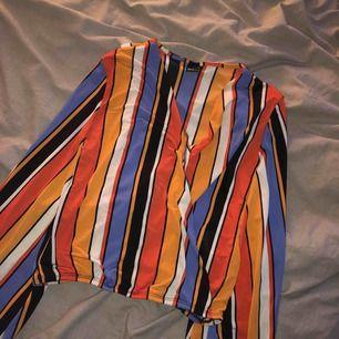 Jättefin omlott tröja använd 2 gånger, har säkerhetsnålen i tröjan på bilden men man kan justera den hur man vill💕