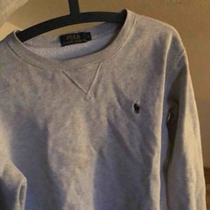 Långärmad ljusgrå tjocktröja från Ralph Lauren, det är i killmodell men sitter jättefint på tjejer med, 💕