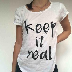 T-shirt som är lätt att matcha med allt. Mycket fint skick då jag inte har använt den endast en gång. Säljer just på grund av att jag använder för sällan. 100kr inkl frakt