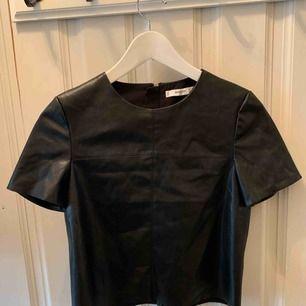 Ny skinn-tshirt från Mango strl xs, 100kr !!Fake skinn!! Köpare står för frakt⚜️