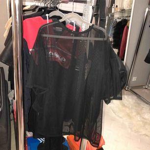 Mesh top tshirt från missguided, aldrig använd. Perfekt med ett cykelbyxa set under✨