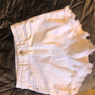 Jätte fina vita shorts ifrån Zara som aldrig har använts. 5/5 skick💕