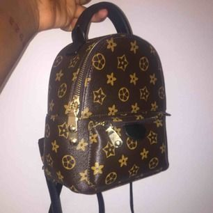 Louis Vuitton LOOK ALIKE bag. The bag doesn't have the logo otherwise very similar to the real bag.  50kr for shipping