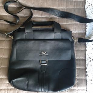 Äkta Giorgio Armani väska i skinn  Den är inte använd mycket, men har lite slitage i handtagen av väskan