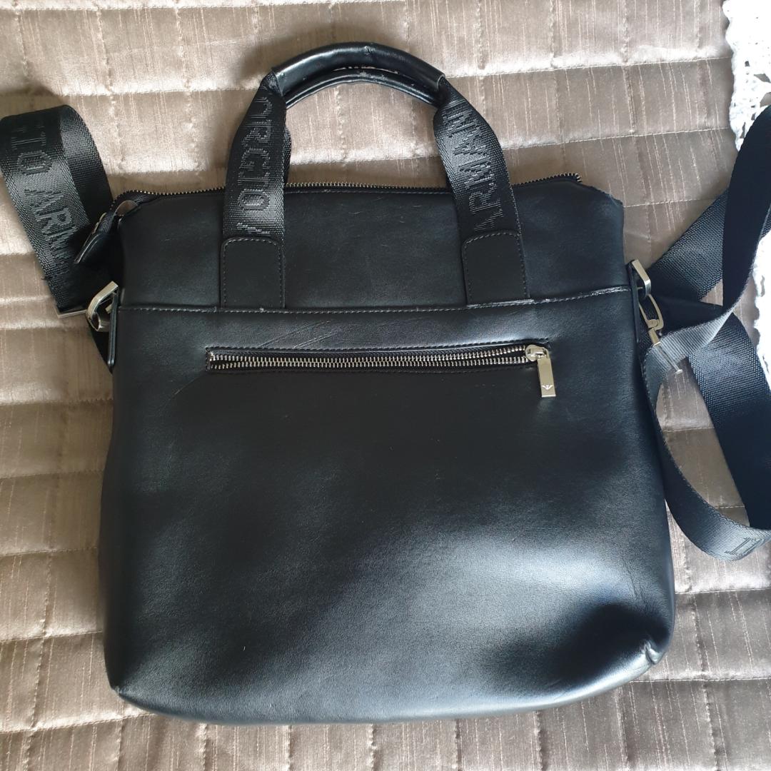 Äkta Giorgio Armani väska i skinn  Den är inte använd mycket, men har lite slitage i handtagen av väskan. Övrigt.