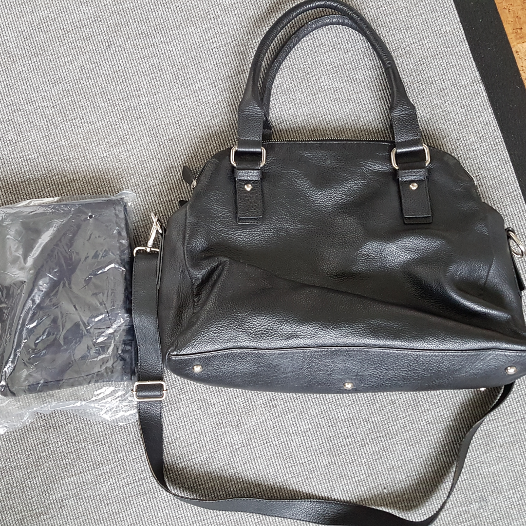Väska från smallstuff i äkta skinn Sparsamt använd Kan användas som skötväska . Övrigt.