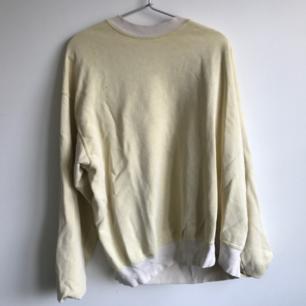 Ljusgul oversized tröja köpt från Urban outfitters, står ingen storlek på den men skulle uppskatta den en L ungefär.