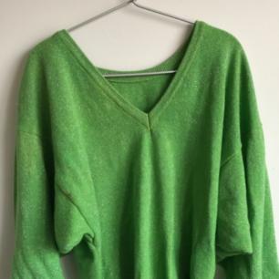 En vingage grön glittrig tröja, svårt att se på grund av min kamera. Den har små axelvaddar som man säkert kan ta ut!