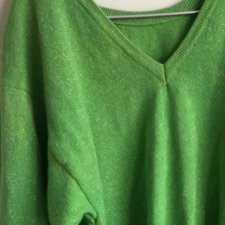 En vingage grön glittrig tröja, svårt att se på grund av min kamera. Den har små axelvaddar som man säkert kan ta ut! . Tröjor & Koftor.