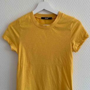 Gul T-shirt från bikbok