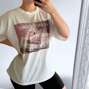 Vit t-shirt från Missguided X Barbie kollektionen, storlek 40 i fint skick. Frakt kostar 36kr extra, postar med videobevis/bildbevis. Jag garanterar en snabb pålitlig affär!✨ ✖️Fraktar endast✖️