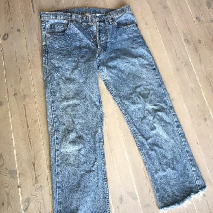 Ljusblåa Levis!  Modell 501  Dåliga bilder pga min kamera men det är bara att fråga om bättre bilder vid intresse :-). Jeans & Byxor.