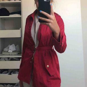 Ny röd kappa från Zara. 5/5 skick!! Nypris 200