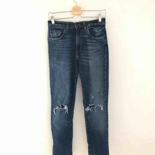Ett par riktigt fina skinny jeans med slitningar och högmidja. Frakt tillkommer!