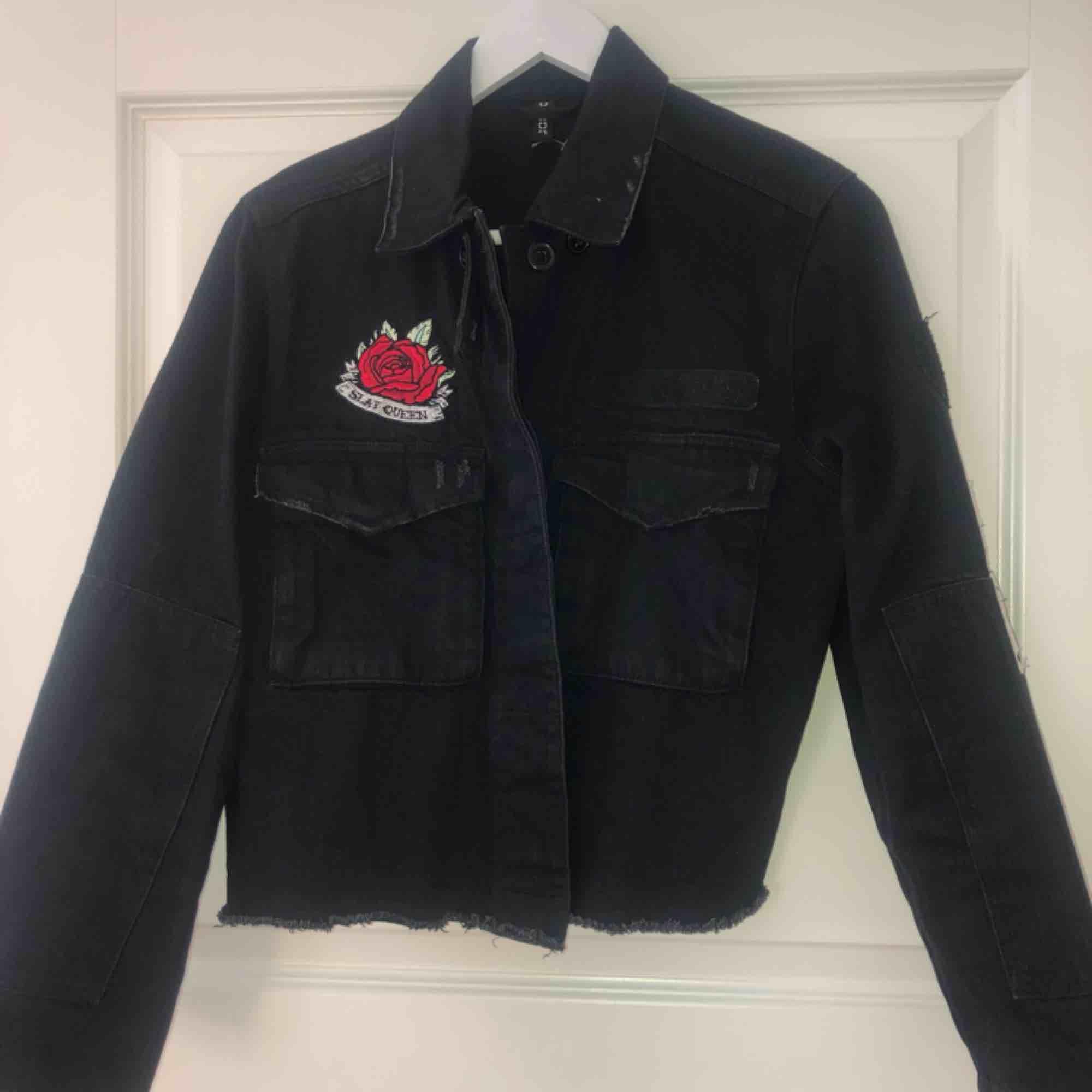 Kroppad jeansjacka med slitningar och 2 märken. en ros och en text på ärmen (det står original) Det är bara att ställa frågor om ni undrar något finns inga dumma frågor☺️. Jackor.