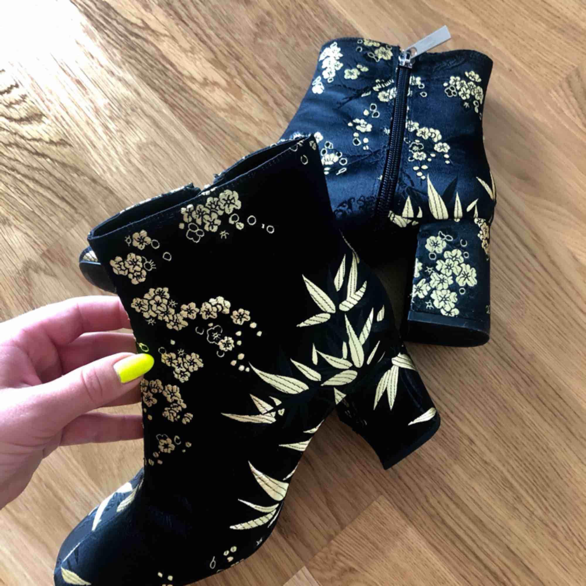 Skor från Zara, som nya har endast använt dem 1 gång och en kort stund. Storlek 37.  (Sista bilden är samma modell men med annan färg på mönstret, de som jag säljer stämmer överens med bild 1 och 2) Köparen står för frakten, tar swish. . Skor.