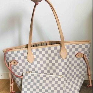 """Säljer min Neverfull Louis Vuitton kopia. Ser otroligt älta ut, alla detaljer med. Kommer med tillhörande """"clutch"""". Ett fack inuti väskan. Buda för att få köpa!"""