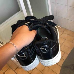 """sjukt bekväma och balla sneakers från puma, modellen är """"basket heart"""" och kommer med 2 olika snören (de på bilden och snören i satin)."""