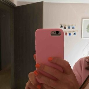 Superfint rosa skal, materialet är hårt silicon 💖 väldigt fint skick, användt några gånger. Skalet funkar för iPhone 6/7/8! Köparen står för frakten (9 kr) 🙌🏻