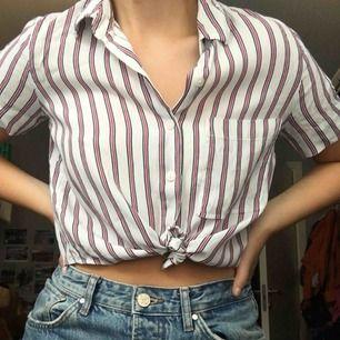 Supersöt skjorta från Bershka som tyvärr inte är min stil och därav endast använd ett fåtal gånger! Nypris: 120kr🥰