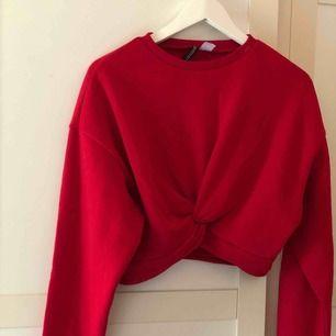 En croppad typ sweatshirt från H&M i strl S, helt ny bara provat den men lappen sitter inte kvar. Köpare står för frakt (42kr) <3
