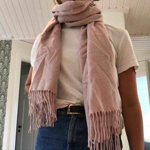 Fin, rosa halsduk med fransar. Halsduken har måtten 50*180 cm. Från Ginatricot. Använd men fortfarande i gott skick. Väldigt skön och perfekt varm nu till hösten. Frakt: + 21kr