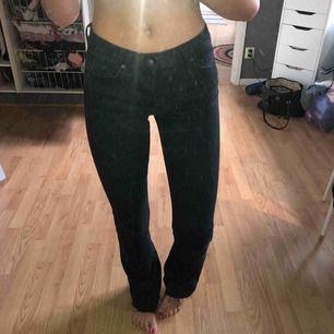 Svarta bootcut jeans som är avklippta nertill, passar 165-170cm dom är även stretchiga