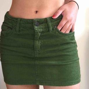 Moss grön manchester kjol i storlek 34. Köpt på second hand. Sitter på en 36:a på bilden. Frakt + 40kr. Möts upp nära Södermalm. Skriv om du har frågor 💞💞