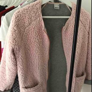 En supermysig rosa vår/sommar kappa från Gina Tricot i stl xs. Säljer den pga fick den och har inte hittat tillfälle att använda den💕  Kan mötas upp i etuna eller skicka med posten  KÖPAREN STÅR FÖR EVENTUELL FRAKT💕